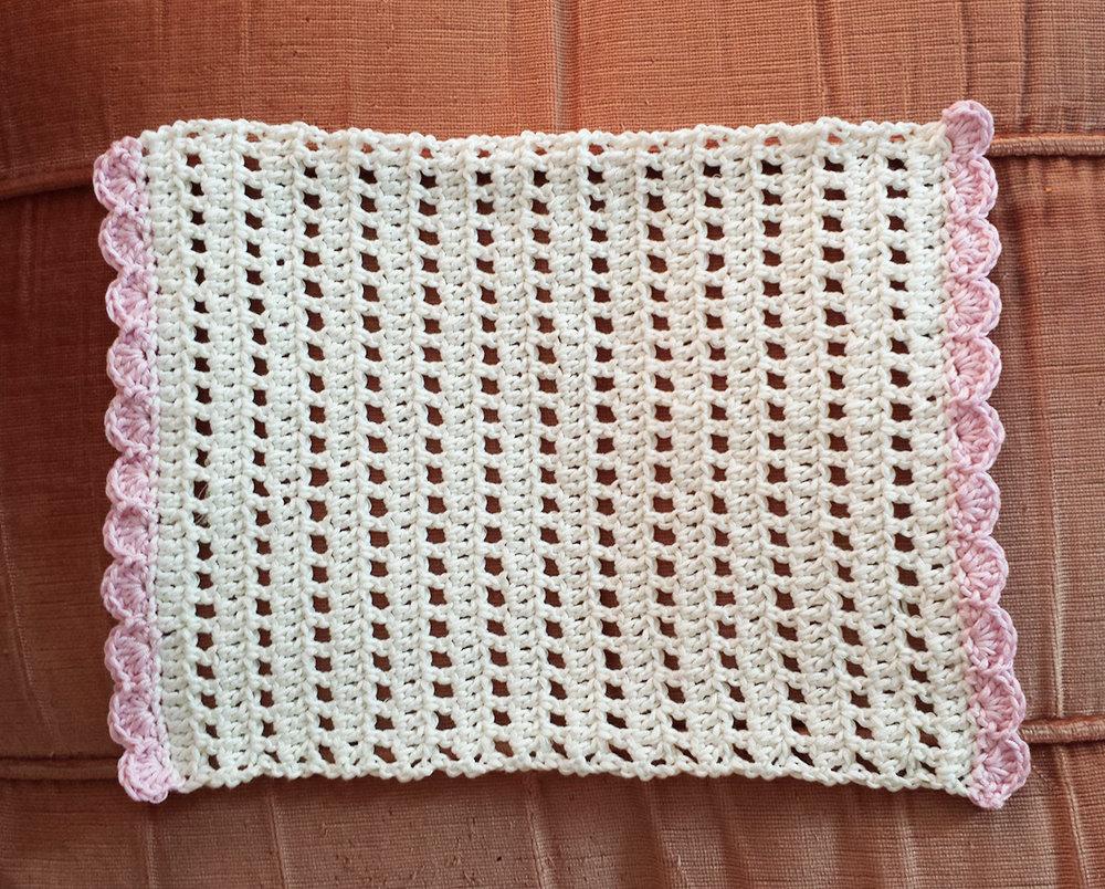 Centrino panna e rosa rettangolare all'uncinetto