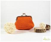Portamonete con chiusura a clip argentata, realizzato ad uncinetto, color arancio