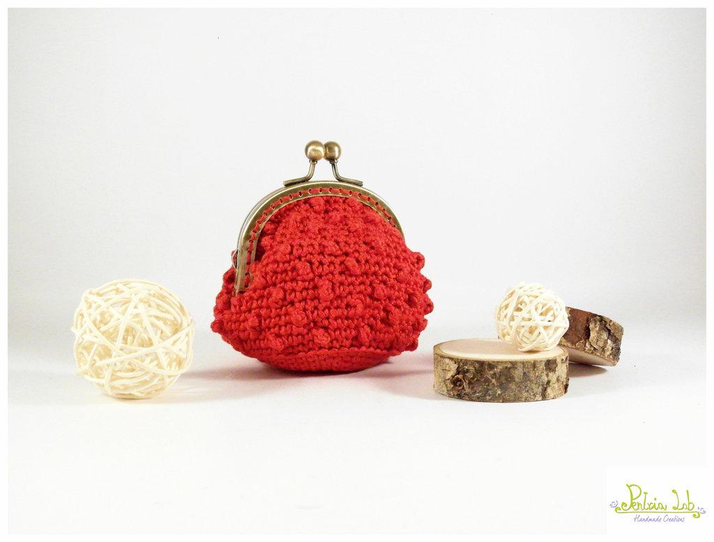 Portamonete, fatto ad uncinetto, color rosso con chiusura clip clap in metallo oro satinato