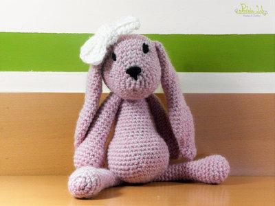 Coniglietta con fiocco peluche, amigurumi, realizzata ad uncinetto con filato 100% lana - color rosa