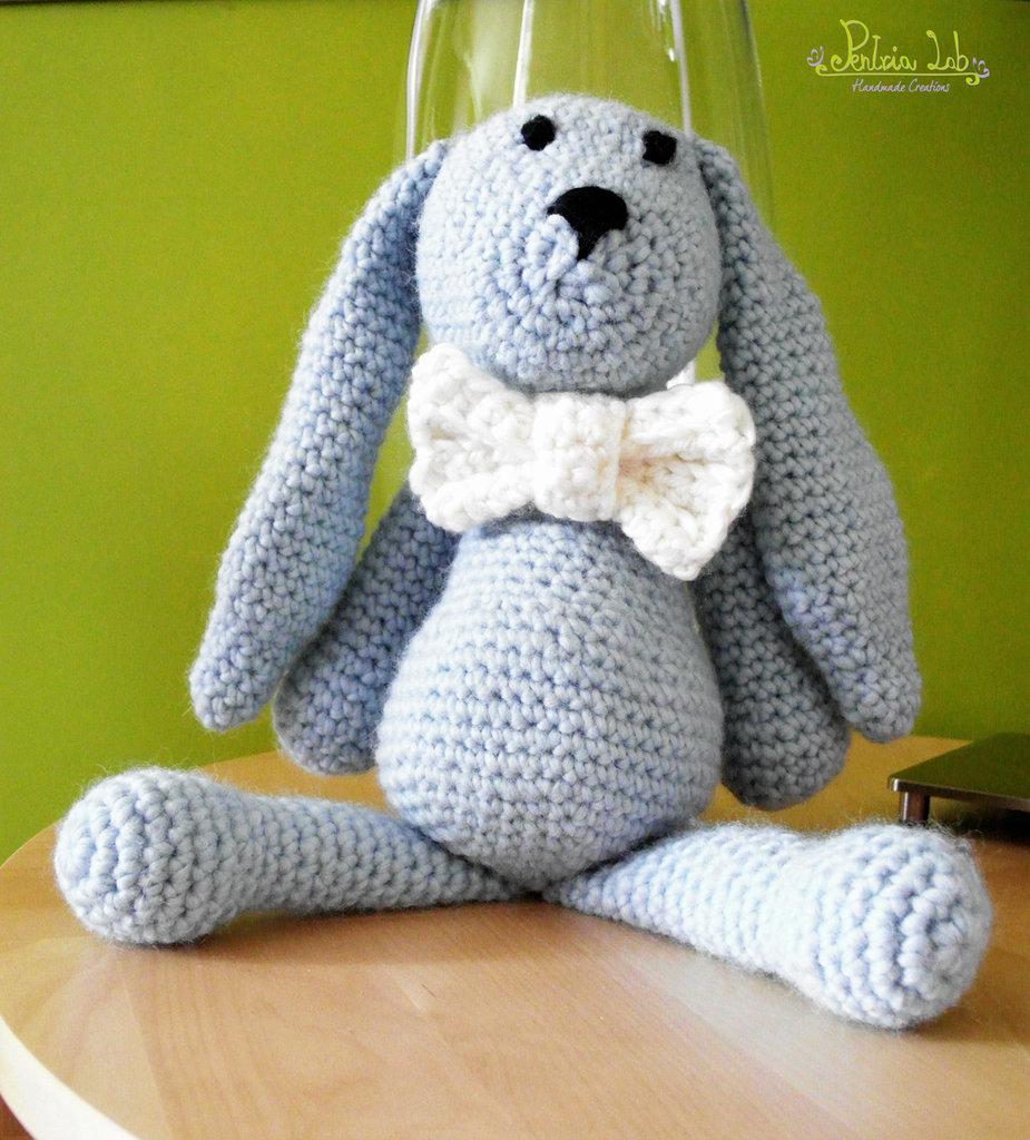 Coniglietto con papillon, color celeste, realizzato ad uncinetto con filato 100% lana - amigurumi - pupazzo