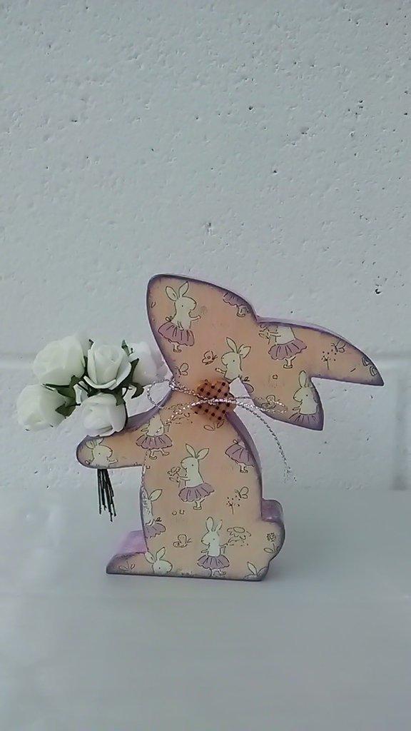 Coniglietta con un mazzo di rose