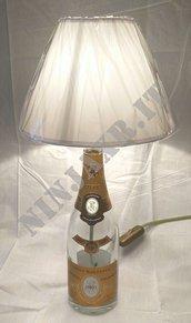 Lampada da tavolo Bottiglia vetro vuota Cristal Champagne Louis Roederer Arredo riciclo creativo riuso arredo idea regalo Abat jour paralume