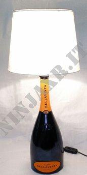 Lampada da tavolo Bottiglia vetro vuota Magnum Alma Cuvée Bellavista Arredo riciclo creativo riuso arredo idea regalo paralume abat jour