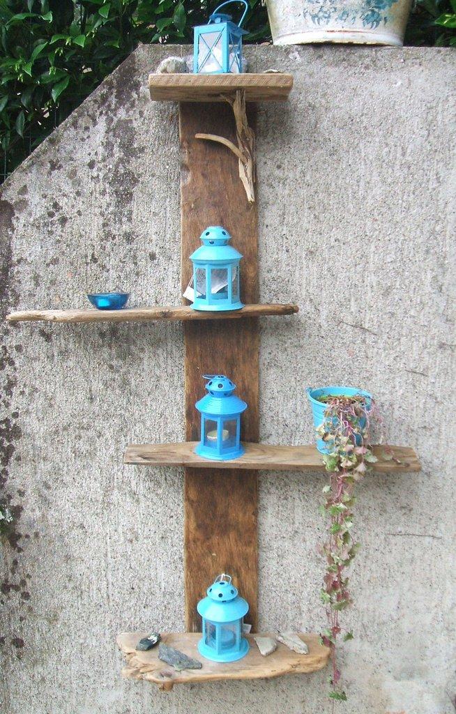 Colonna portaoggetti realizzata in legno di riciclo