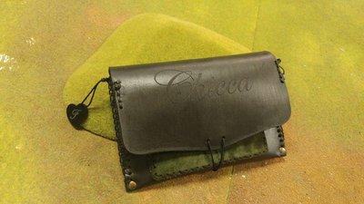Porta tabacco in cuoio personalizzato con nome e nei dettagli