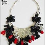 Collana girocollo con cristalli, charms e fiori in similpelle - ROSSO E NERO