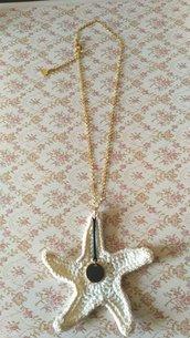 Catena dorata regolabile con ciondolo grande stella marina realizzata ad uncinetto con filato di cotone bianco