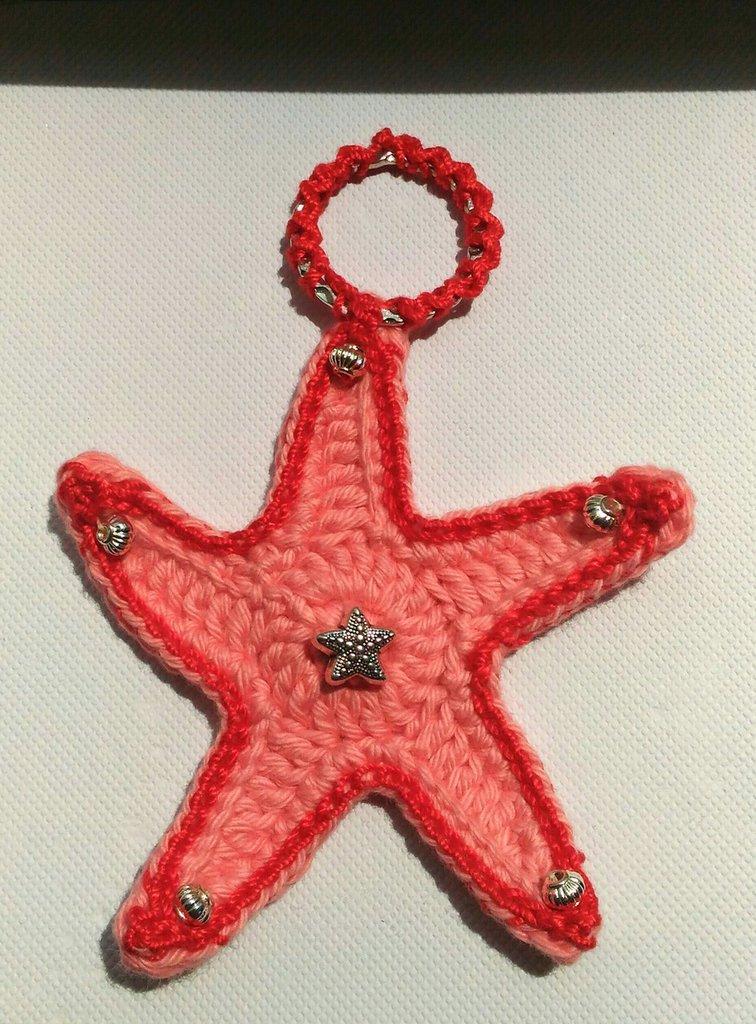 Ciondolo stella marina grande rosa corallo realizzata e ricamata ad uncinetto ed impreziosita da perline argentate