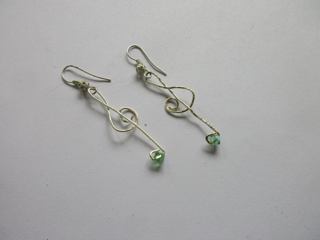 Orecchini chiave di violino  filo  argento e perlina swarovsky, fatto a mano