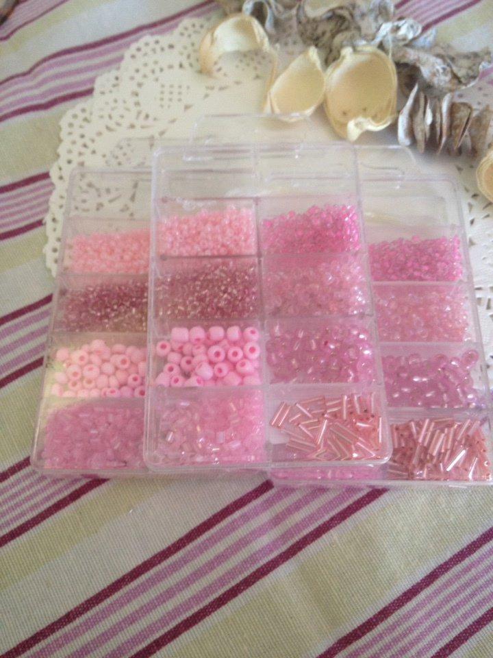 800 perline di vetro nelle sfumature di rosa in contenitore
