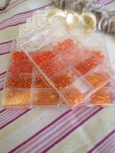 800 perline di vetro nelle sfumature di arancione in contenitore