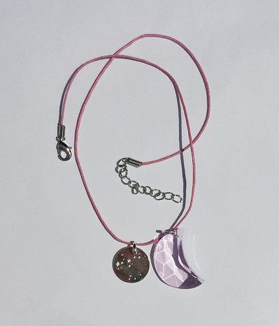 Collana con pendente costellazione dello zodiaco (Sagittario), Swarovski mezzaluna rosaline e cordoncino rosa