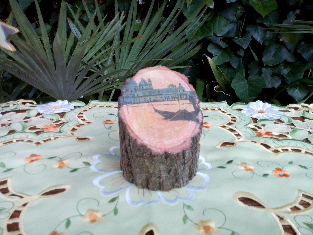 Tronchetto di legno, con impressa una veduta di Venezia