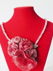 Collana con fiori rossi