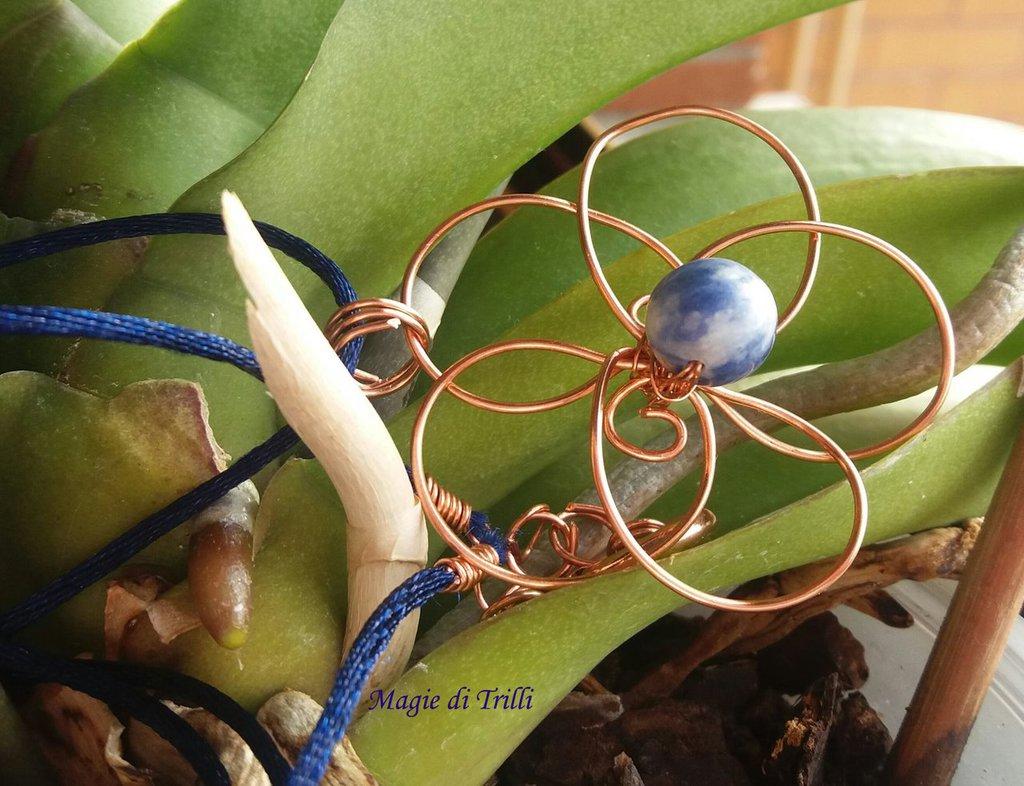 Ciondolo fiore in filo per gioielli rame, a forma di fiore stilizzato, decorato con una pietra dura: sodalite