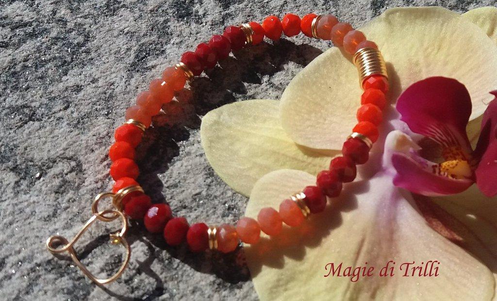 Braccialetto artigianale con cristalli sull'arancio e filo per gioielli dorato