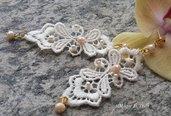 Orecchini pendenti a perno dorato in pizzo color avorio con perline e cristalli