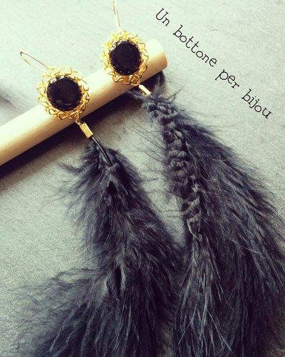 Orecchini con bottoni gioiello vintage e piume nere marabou