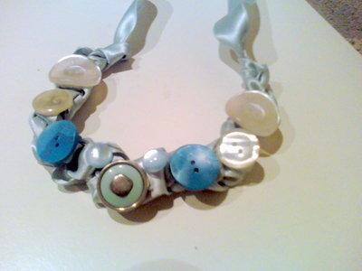collana azzurro polvere e bottoni vintage