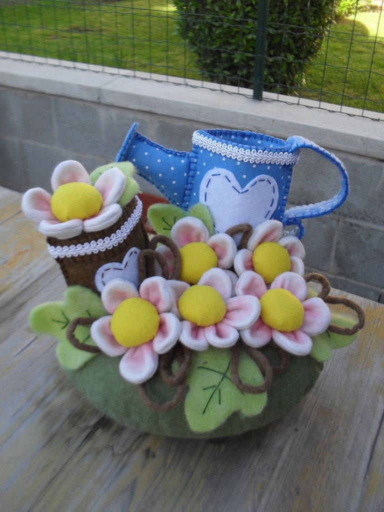 Fermaporta con innaffiatoio, vaso e fiorellini