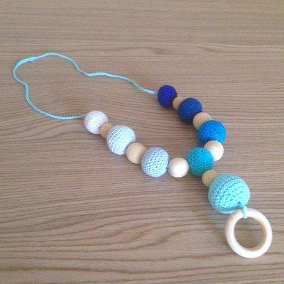 Collana d'allattamento nelle sfumature dell'azzurro con perle amigurumi, fatta a mano all'uncinetto