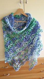 Scialle all'uncinetto in misto cotone sulle tonaltà del verde e dell'azzurro