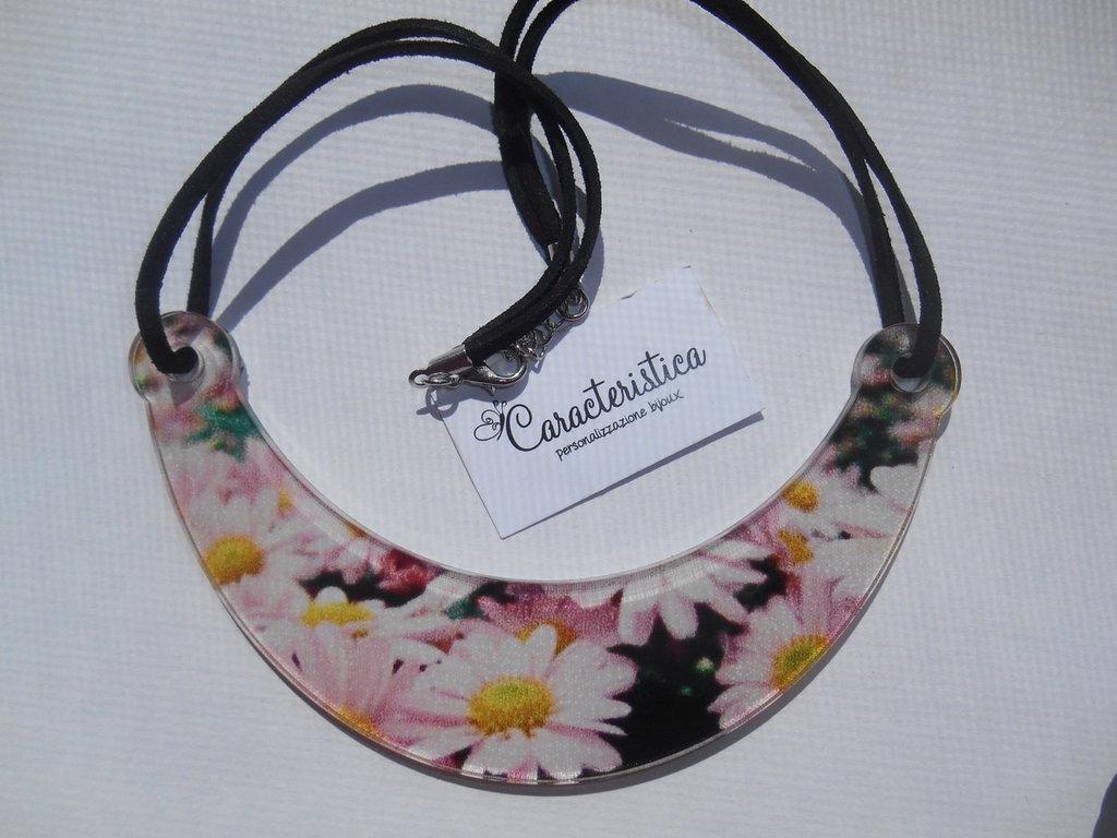 collana girocollo in plexiglass margherite rosa
