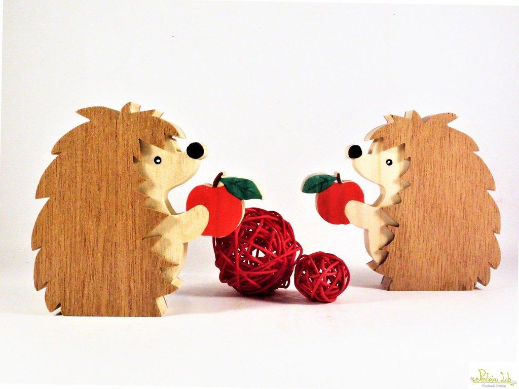 Riccio con mela in legno di recupero di abete e legno di okoumè, oggetto decorativo, Misura Piccola