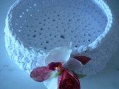 Grande cestino di fettuccia bianca con rosa e orchidea