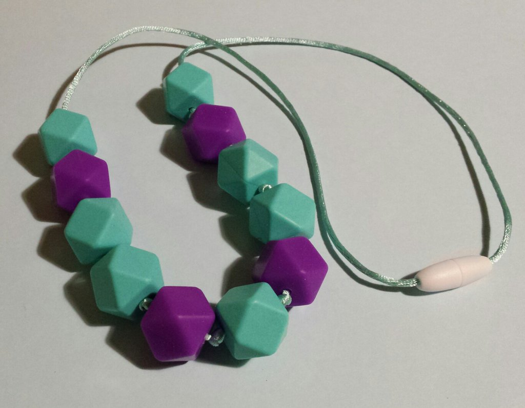 Collana dentizione con perle in silicone verde menta e viola