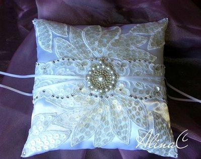 Foglie, Cuscino portafedi di raso bianco con foglie in pizzo ricamato con paillettes perlate, strass, perle,matrimonio,sposa