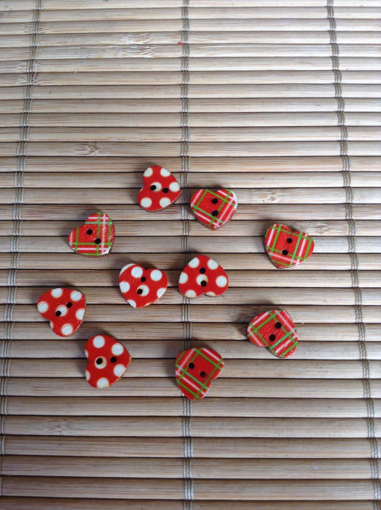 Bottoni rossi a forma di cuore