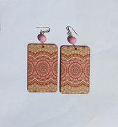Orecchini pendenti rettangolari rosa in legno stampato, con perle in resina stile magma rosa e monachelle in metallo dorato