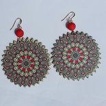 Orecchini pendenti rotondi rosssi/blu in legno stampato, con perle in resina stile magma rosse e monachelle in metallo dorato
