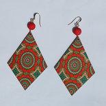 Orecchini pendenti a rombo rosso/verde in legno stampato, con perle in resina stile magma rosso e monachelle in metallo dorato