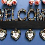 Welcome. Portafoto in legno da appendere con scritta welcome. Benvenuti