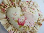 Cuscino cuore con fiori rosa