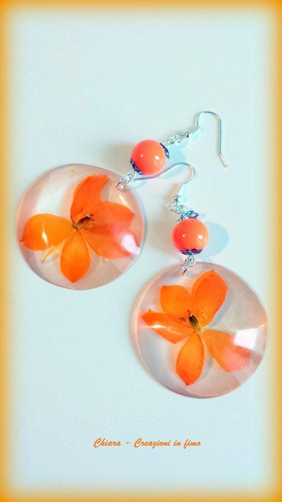 Orecchini in resina handmade con fiori secchi di ornitogalo e perlina abbinata primavera idee regalo donna