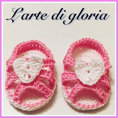 Cappellino e sandalini neonata all'uncinetto
