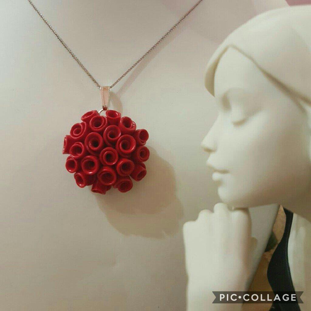 """Collana  con ciondolo rosso """"bouquet di roselline"""" fatto a mano in fimo"""