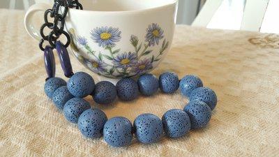Collana corta con pietre di lava azzurre