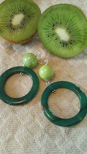Orecchini con cerchio di Agata Verde e perla di ceramica