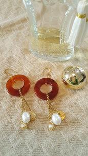 Orecchini pendenti con cerchio di corniola e perla di fiume