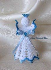 Angelo all'uncinetto, nastrino in raso azzurro chiaro, cristallo azzurro, perline argentate