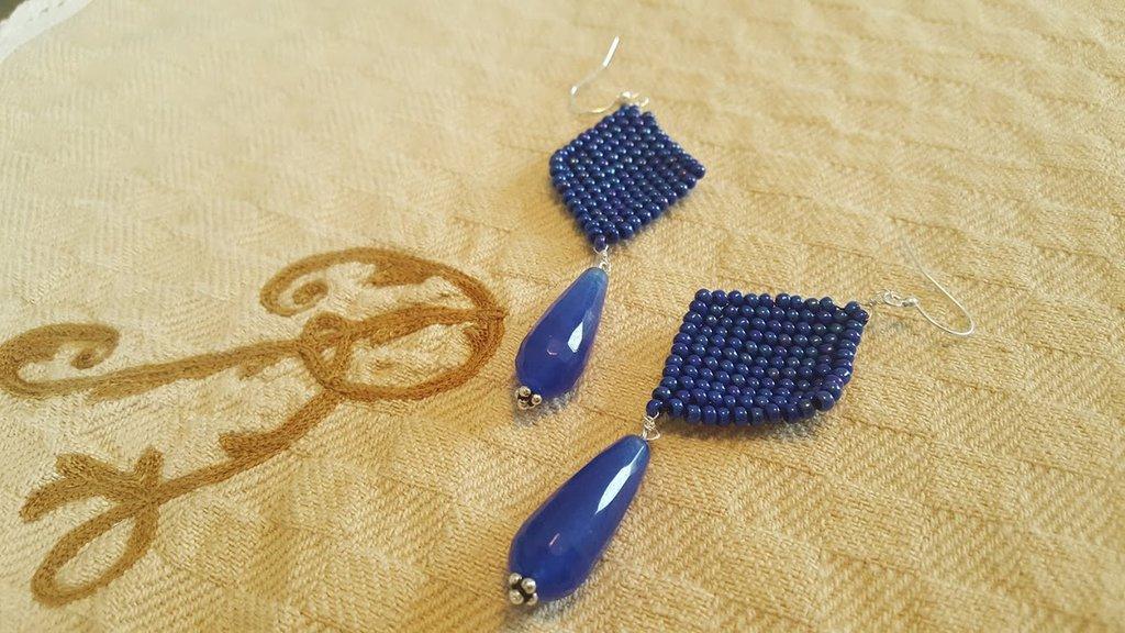 Orecchini pendenti blu di Agata e perline