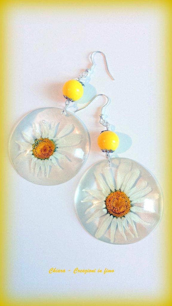 Orecchini in resina handmade con fiori secchi margherite e perlina abbinata primavera idee regalo donna