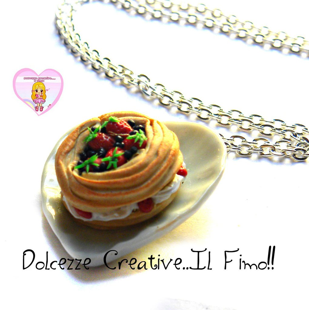 Collana Con Dolce tipico francese Paris-Brest con panna, fragole e mirtilli - miniature handmade kawaii