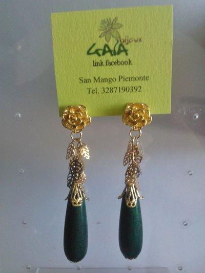 Orecchini con goccia in giada verde, perno a rosa e catena foglioline in argento dorato