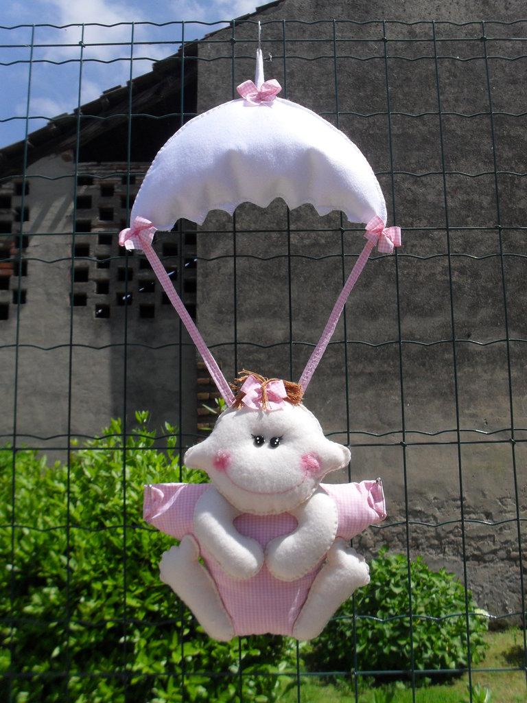 Chi scende dal cielo con un paracadute?